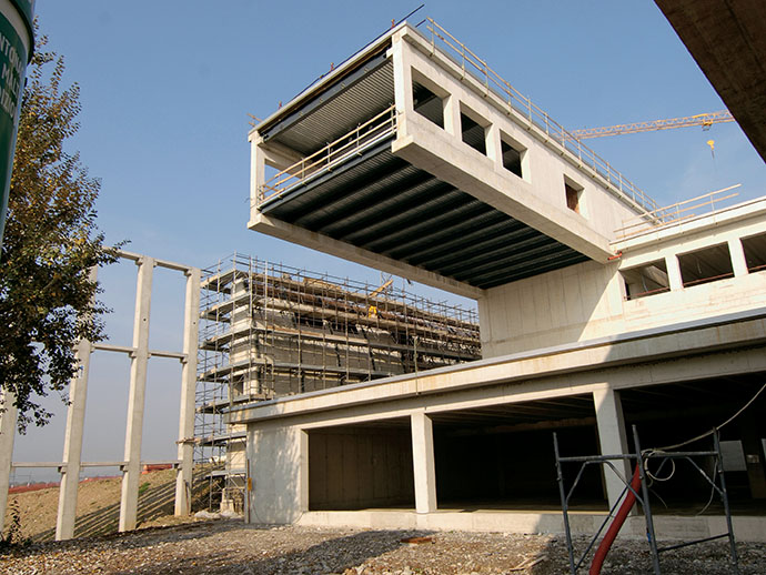 fase di realizzazione di una costruzione industriale