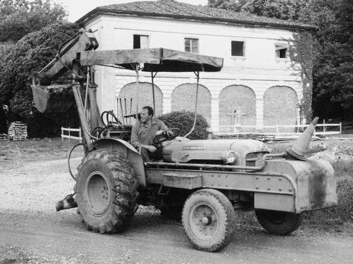 foto storica trattore davanti a residenza
